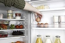 Offener voll befüllter Kühlschrank