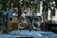 Fahrradtransport mittels Dachträger auf dem Auto