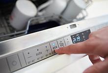 Mit der eco-Taste wird das Energiesparprogramm der Geschirrspülmaschine gestartet.