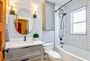 Auf dem Bild ist ein Badezimmer zu sehen.