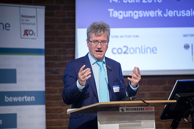 """Berthold Goeke, Ministerialdirigent im Bundesumweltministerium, auf der Fachtagung """"Wirksam sanieren für den Klimaschutz""""."""
