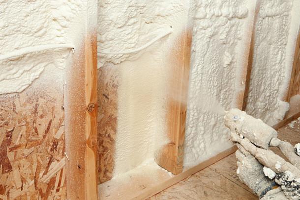 Sprühdämmstoff wird an die Wand gebracht.