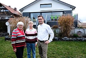 Elsa, Angela und Thorsten Küfner vor ihrem Mehrgenerationenhaus