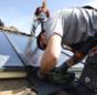 Praxistest Solarthermie: Indach-Montage von Kollektoren Schritt 8 – Abdeckbleche zwischen Kollektoren und Dach anbringen.