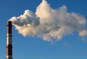 Rauch aus einem Schornstein bei blauem Himmel