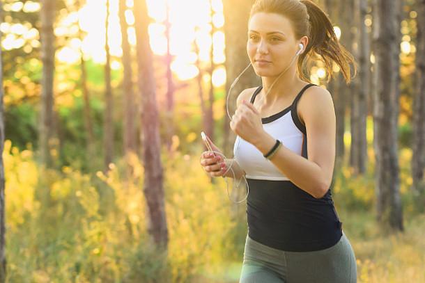 Junge Frau joggt im Wald.