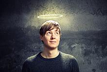 Junger Mann mit Heiligenschein