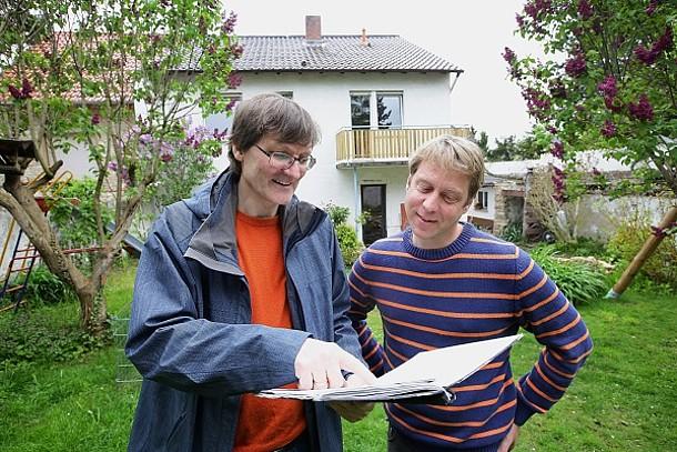 Energieberater erläutert dem Hausbesitzer die einzelnen Punkte.