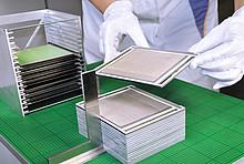Fertigung der Zellstapel (engl. Stacks) am Fraunhofer IKTS.