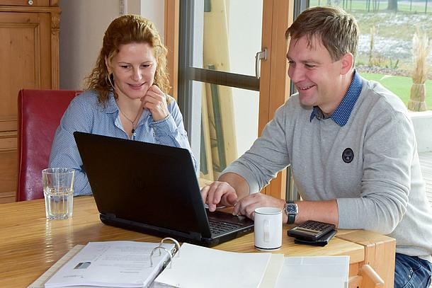 Praxistester Familie Roth planen am Laptop