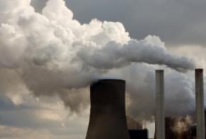 Abgaswolken aus einem Kraftwerk