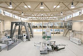 Der Werkhallen-Neubau aus Holz ist ein Energieplusgebäude und erfüllt die EnEV-Anforderungen deutlich.