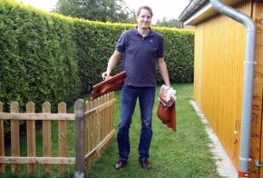 Manfred Kuhlemann mit Solar-Dachziegeln.