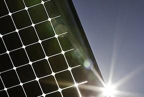 Sonne scheint über ein Photovoltaik-Modul