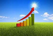 Balkendiagramm zur Energieeffizienz auf grüner Wiese mit aufwärts zeigendem Pfeil - Symbolbild als Ziel vom Energiesparen.
