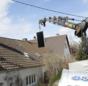 Praxistest Solarthermie: Indach-Montage von Kollektoren Schritt 3 – mit einem Kran kommt der Kollektor aufs Dach.