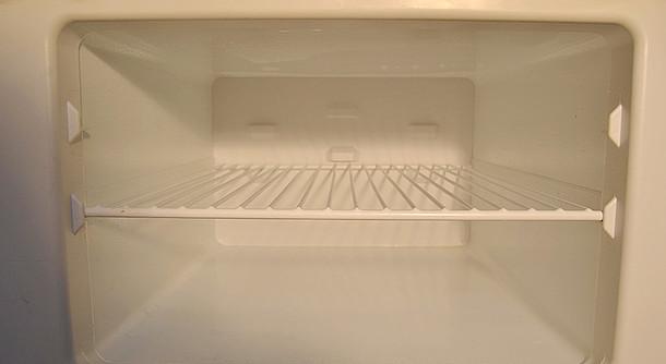 Gefrierfach trocknet nach dem Abtauen des Kühlschranks