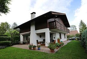 Ein Einfamilienhaus mit einem Kaminofen