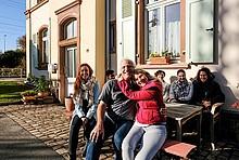 Familie Wiethaler vor ihrem Haus.