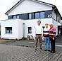 Thorsten, Angela und Elsa Küfner vor ihrem Mehrfamilienhaus