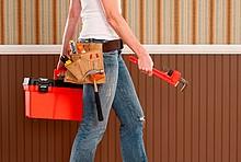Frau mit Werkzeugkasten