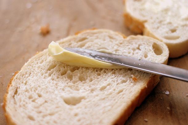 Margarine oder Butter auf einer Scheibe Brot.