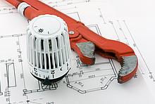 Blockheizkraftwerk-Berechnung: Plan, Thermostatventil und Rohrzange