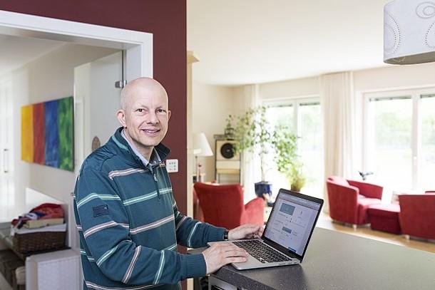 Herr Geber am Laptop.