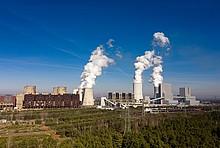 Braunkohle-Kraftwerk Boxberg in Sachsen: Wald, Stromleitungen, Kraftwerk mit Kühltürmen.