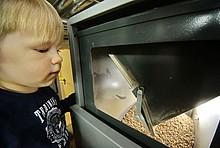 Kind vor Holzpelletlager