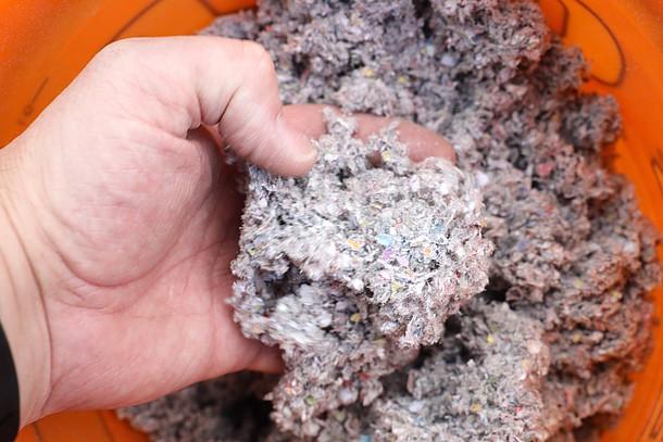 Auf dem Foto ist der Dämmstoff für die lose Einblasdämmung abgebildet.