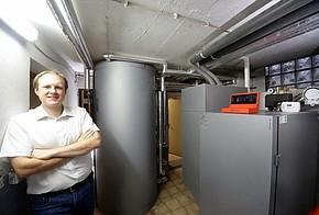 Carsten Tamm steht vor seiner Heizungsanlage im Keller.