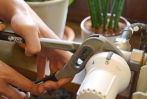Mit einer Rohrzange lässt sich das alte Thermostat einfach entfernen.
