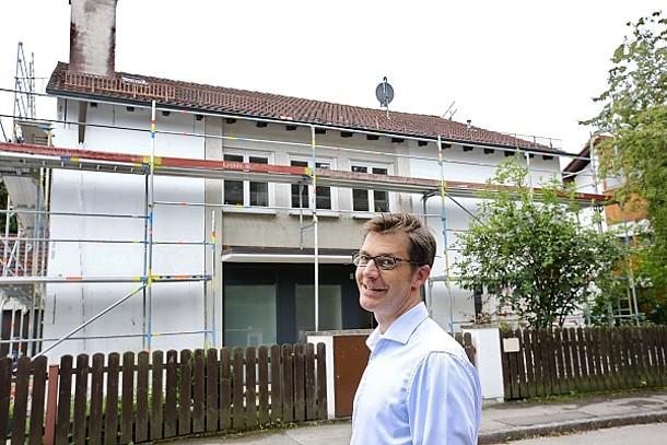 Herr Kniehase vor seinem Haus.