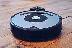 Staubsauger Roboter saugt Holzboden