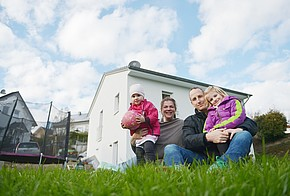 Familie Hopp vor ihrem Haus