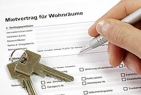 Vermietung: Mietvertrag wird unterschrieben