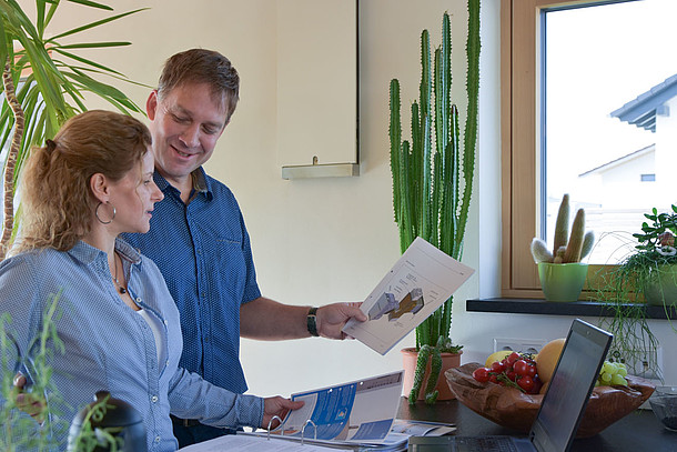 Praxistester Familie Roth tauschen sich über kontrollierte Wohnraumlüftung aus