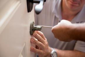 Installation eines Türschlosses und Sicherheitssystems
