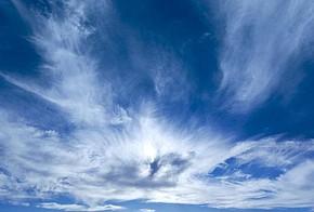 Blauer Himmel, Horizont, weiße Wolken