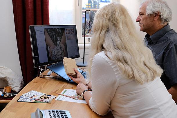 Praxistesterin Cornelia Wiethaler und ihr Mann planen am Computer