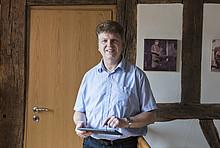 Klimaschützer Tobias Bucher misst den Stromverbrauch seines Kühlschranks und hat so einen echten Stormfresser entdeckt.