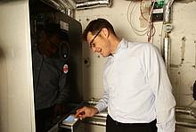 Christoph Kniehase überprüft den Ertrag seiner Solarthermieanlage am Heizkessel.