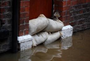 Sandsäcke bei Hochwasser