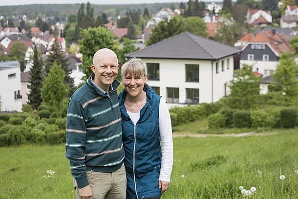 Ehepaar Geber vor ihrem Haus.