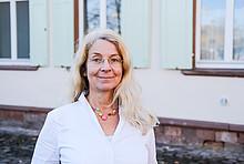Praxistesterin Cornelia Wiethaler vor ihrem Haus