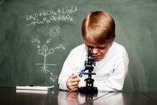 Junge mikroskopiert