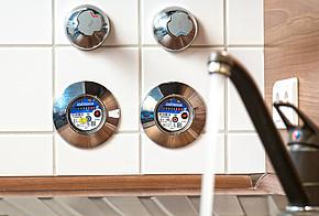 Warmwasserzähler und Kaltwasserzähler in der Küche messen direkt, wie viel warmes Wasser durch das Rohr fließt.