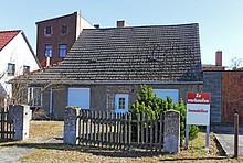 Altes Haus mit Verkaufen-Schild