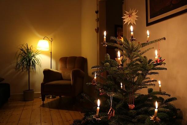 Weihnachtsbaum im Wohnzimmer.